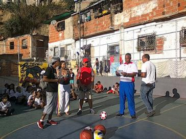 Einweihung eines Sportplatzes im Barrio, den die Kommune aufgebaut hat