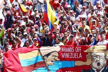 """""""Hände weg von Venezuela"""": Großdemonstration in Caracas. Seit der Verhängung von Sanktionen durch US-Präsident Obama 2014 gehen immer wieder tausende Venezolaner dagegen auf die Straße"""