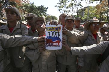 Chavistische Milizionäre bei der Demonstration gegen eine US-Militärintervention am 12. Februar in Venezuelas Hauptstadt Caracas