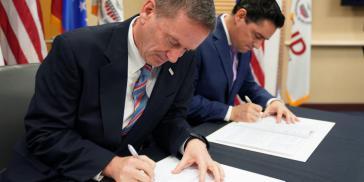 Mark Green von Usaid und Guaidos Vertreter in den USA, Carlos Vecchio, unterzeichneten den Vertrag in Washington