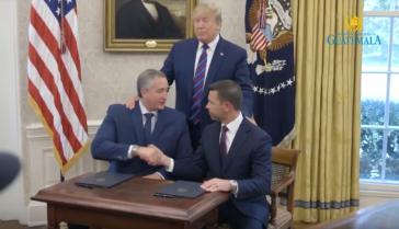 Unter den Augen von Präsident Trump unterzeichnete Guatemalas Innenminister Enrique Degenhart (links) die umstrittene Vereinbarung, Screenshot