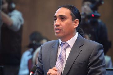 Virgilio Hernández hält eine Rede im ecuadorianischen Parlament.