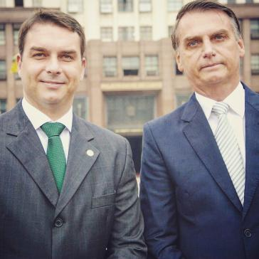 Im Visier der Ermittler: Präsidentensohn Flávio Bolsonaro (links) mit seinem Vater