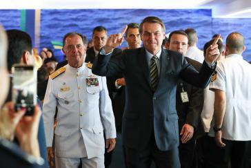 Umringt von Militärs fühlt sich Brasiliens Präsident Jair Bolsonaro noch immer am wohlsten