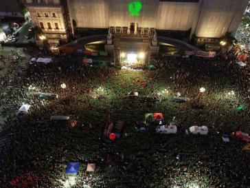 """Tausende halten vor dem Kongress in Buenos Aires als Forderung der Legalisierung der Abtreibung ihre """"pañuelos"""" in die Höhe"""