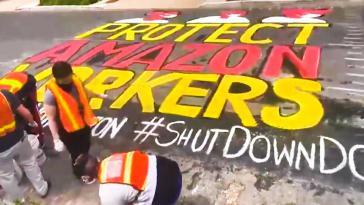 """""""Schützt Amazon-Arbeiter"""": Aktion vor einem Anwesen des Amazon CEO Jeff Bezos in Washington. Die Streiks in den USA nehmen zu"""
