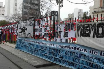 Angehörige von Diktaturopfern demonstrieren vor dem Gerichtsgebäude während der Verhandlung in Sachen Brigada de San Justo