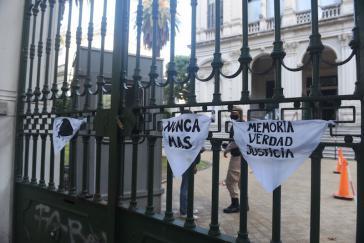"""""""Nie wieder"""": Protestaktion vor dem Gerichtsgebäude. Diktaturopfer und Familienangehörige fordern """"Erinnerung, Wahrheit, Gerechtigkeit"""""""