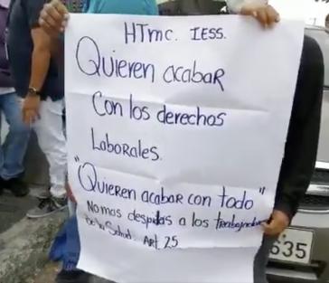 """""""Sie wollen unsere Arbeitsrechte nehmen"""" steht auf einem Plakat bei Protesten gegen Entlassungen in Guayaquil"""