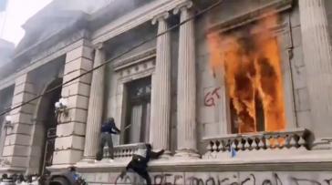 Bei den Protesten in Guatemala gegen den Haushaltsplan für 2021 wurde Feuer im Kongressgebäude gelegt