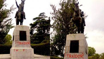 """Mit den Worten """"Verräter"""" und """"Hurensohn"""" wurde das Denkmal des Befreiungskämpfers beschmiert"""