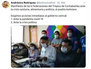 Andrónico Rodríguez trägt die Forderungen der Kokabauern-Gewerkschaften bei einer Pressekonferenz vor