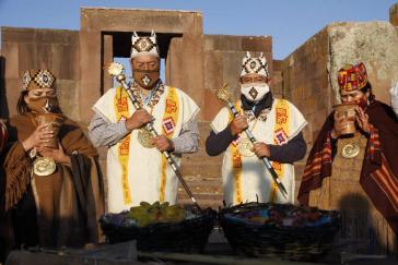 Luis Arce (links) und David Choquehuanca bei der indigenen Zeremonie zu ihrer Amtseinführung am 6. November in Tiwanaku