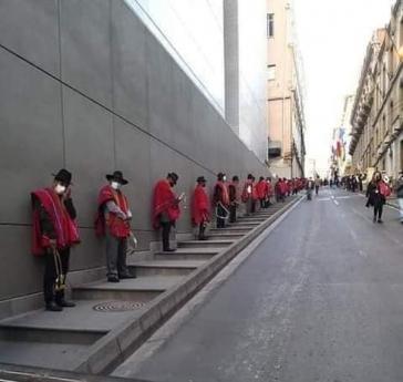 """""""Ponchos rojos"""" standen zum Schutz rund um das Kongressgebäude"""