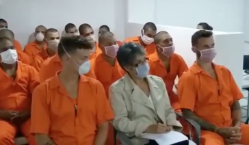 Die Männer in den orangen Overalls sind in Venezuela eines Umsturzversuchs angeklagt