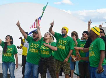 Mit US-Fahne und Waffen: Anhänger der rechtsextremen Gruppe 300 do Brasil
