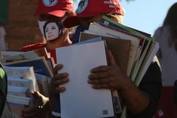 Bewohner bringen Unterrichtsmaterial der Schule von Quilombo Campo Grande in Sicherheit, die geräumt und dann zerstört wurde