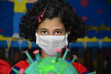 In einer Schule in Manaus, Brasilien, werden Kinder über das Coronavirus und Schutzmaßnamhen informiert