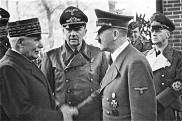 Adolf Hitler begrüßt Frankreichs Staatschef Marschall Henry Philippe Petain am 24. Oktober 1940 in Montoire-sur-le-Loir. Rechts Reichsaußenminister Joachim von Ribbentrop