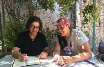 Sandra Palesto (links) und Yoselin Fernánfez vom Chilenischen Netzwerk gegen Gewalt an Frauen bei einer Veranstaltung der Universidad Abierta