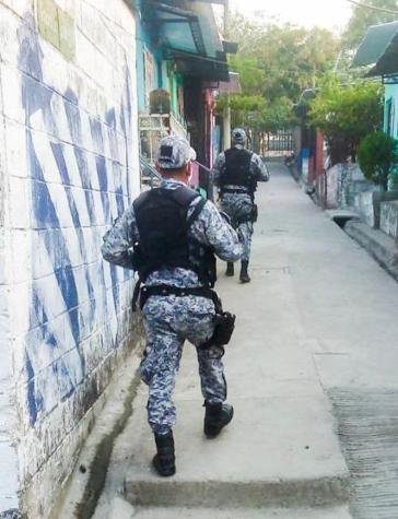 Soldaten und Polizisten kontrollieren die Einhaltung der Ausgangssperre in den östlichen Gemeinden des Großraums San Salvador