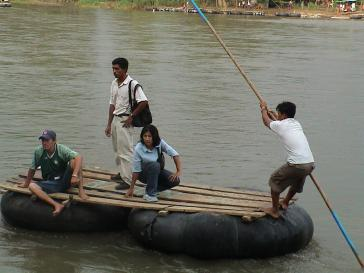 Menschen wollen den Grenzfluss Suchiate zwischen Guatemala und Mexiko überwinden