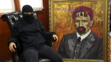 Aktivistin mit dem Madero-Porträt