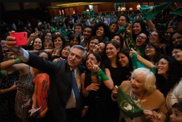 Alberto Fernández, hier mit Aktivistinnen der Pro-Kampagne, startet einen neuen Anlauf, Abtreibungen zu legalisieren