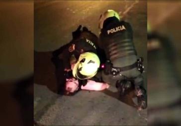Zwei Polizisten verpassen Javier Ordóñez mehrere Elektroschoks mit dem Taser