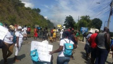 Angehörige der Garífuna-Gemeinde von Triunfo de la Cruz protestieren mit Straßensperren gegen die Entführungen