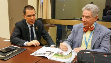 Der US-Menschenrechtsexperte und Völkerrechtler Alfred de Zayas und der venezolanische Außenminister Jorge Arreaza am Rande der 43. ordentlichen Sitzung des Menschenrechtsrats der Vereinten Nationen in Genf