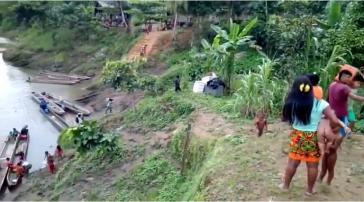 Familien der Embéra Dóbida-Gemeinschaft flüchteten am 21. Mai zum Teil mit Booten (Screenshot)
