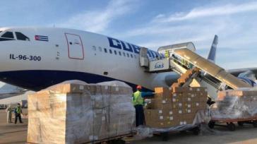 Eine Maschine der Cubana wird in Shanghai beladen