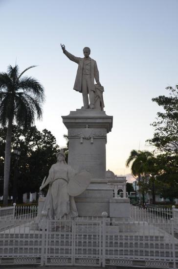 Statuen und Büsten von José Martí – hier in Cienfuegos – finden sich in Kuba an vielen Bildungseinrichtungen und öffentlichen Institutionen