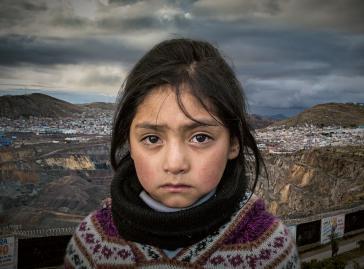 Kampagnenbild der Konzernverantwortungsinitiative. Gerade Kinder leiden in Cerro de Pasco unter den Umweltfolgen der Zinkmine von Glencor