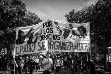 """Banner """"Por los derechos. El Pueblo se organiza y lucha"""""""