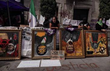 """Die Besetzerinnen wollen die Porträts der """"Nationalhelden"""" versteigern"""