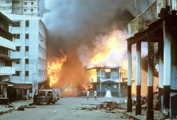 Brennende Häuser in Panama-Stadt während der US-Invasion (21. Dezember 1989)