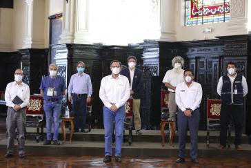 """""""Auch nur Angestellte"""": Präsident Vizcarra (vorn in der Mitte) mit Kabinettsmitgliedern"""