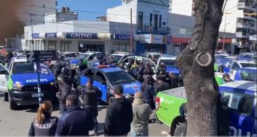 Polizisten demonstrierten in der Provinz Buenos Aires, auch vor dem Amtssitz des Präsidenten (Screenshot)
