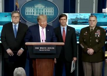 Präsident Trump bei der Pressekonferenz. Ganz rechts im Bild General Mark Milley, der Vorsitzende der Joint Chiefs of Staff,  ranghöchster Militär der USA