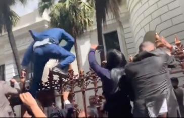 Wollte nicht durch den Haupteingang ins Parlament: Juan Guaidó