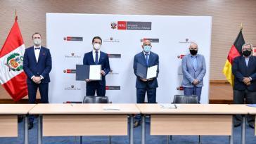 Unterschrift des Vertrags durch peruanisches Finanzministerium und Kreditanstalt für Wiederaufbau (KfW)