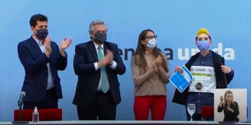 """Argentiniens Präsident bei der Übergabe der ersten Personaldokumente mit dem Geschlechtseintrag """"X"""" für nicht-binäre Personen"""