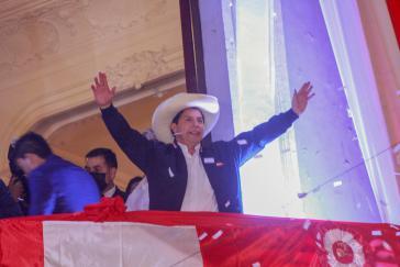 Nach der Entscheidung des Wahlgerichts trat Pedro Castillo am Montag vor seine Anhänger