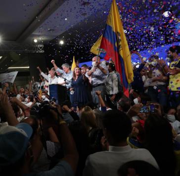 Der Unternehmer Guillermo Lasso feiert mit Anhänger:innen Wahlsieg