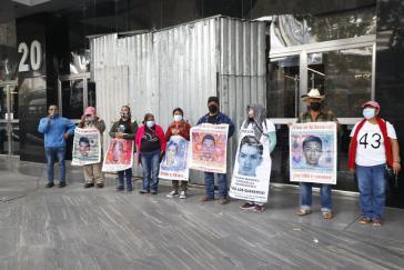 Eltern der Lehramtsstudenten bei der symbolischen Besetzung der Staatsanwaltschaft in Mexiko-Stadt