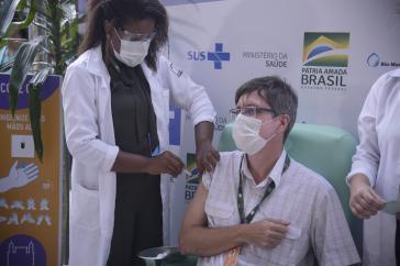 Wie in anderen Ländern findet der Impfstart in Brasilien vor laufenden Kameras statt