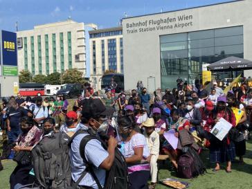 Delegierte der Zapatistas nach ihrer Ankunft in Wien