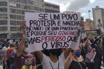 """Aktuelle Proteste gegen Präsident Bolsonaro: """"Die Regierung ist gefährlicher als ein Virus""""."""